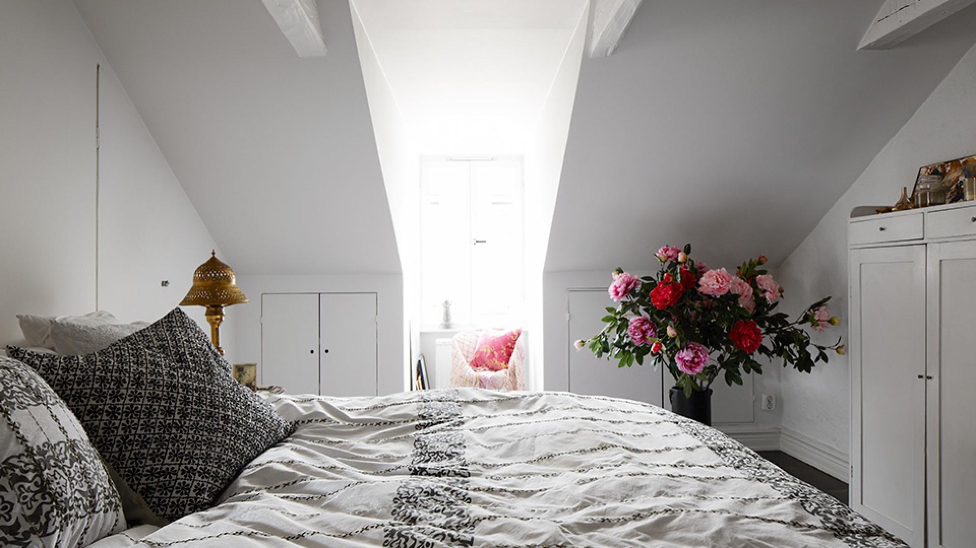 Biała sypialnia urządzona w...  Sypialnia na poddaszu. Zobacz 12 ciekawych aranżacji  Strona: 14