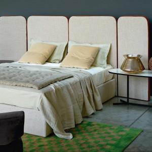 Łóżko Palazzo z wysokimi panelami dostępnymi w różnych rozmiarach.  Fot. Arflex.