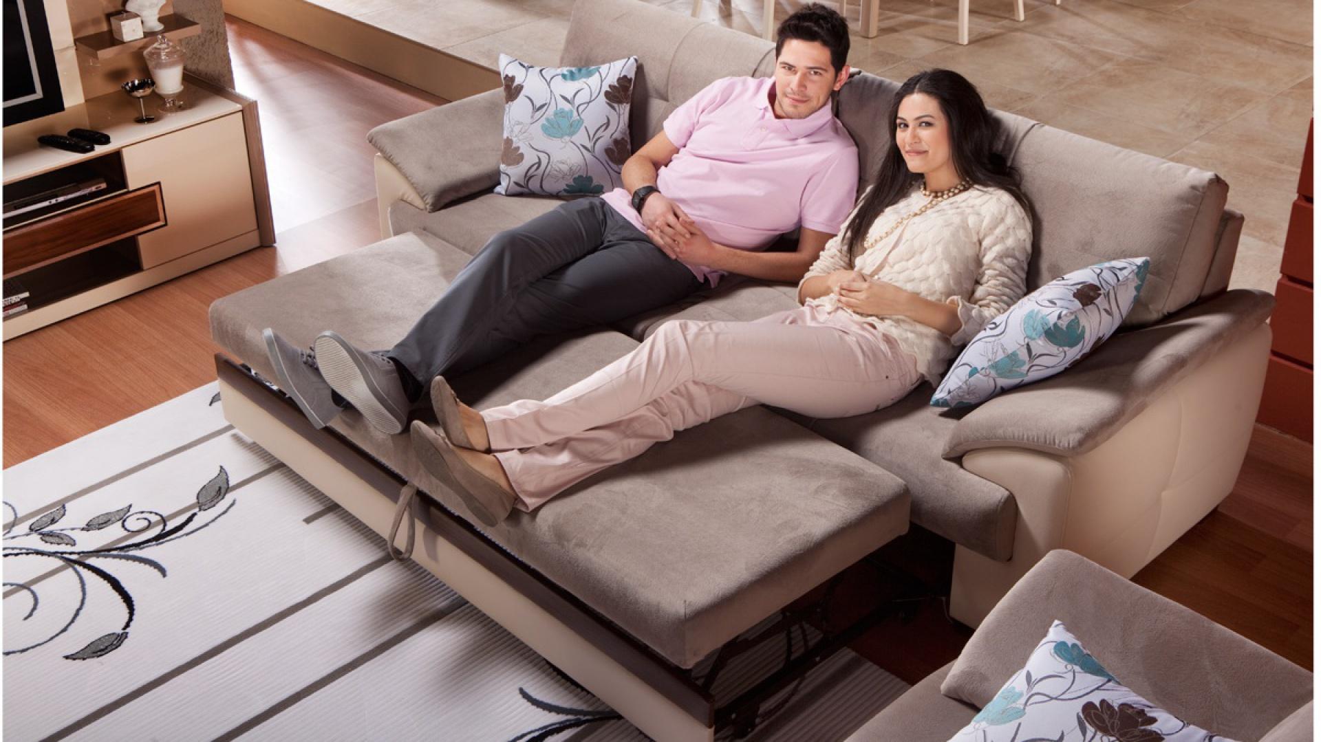 Dwuosobowa, elegancka sofa Tual w zamszowym wykończeniu marki Istikbal. Fot. Istikbal.