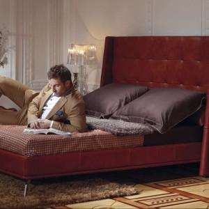 Tapicerowane łóżko A-Moll z wysokim zagłówkiem o ciekawym kształcie. Fot. Kler.