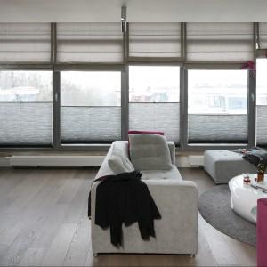 Okna, zajmujące całą powierzchnię ściany dekorują eleganckie rolety rzymskie. Projekt: Małgorzata Borzyszkowska. Fot. Bartosz Jarosz.
