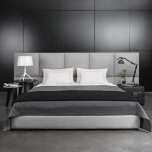 Łóżko James z wezgłowiem składającym się z paneli o łagodnych, miękkich liniach, dostępne w dwóch wariantach wysokości. Fot. Comforty.
