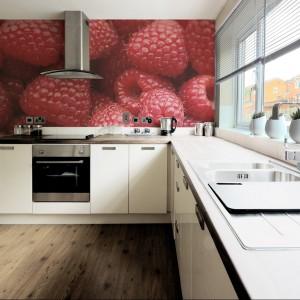 Fototapeta winylowa Sweet Raspberry. Słodki, smakowite maliny pięknie zdobią ścianę nad kuchennym blatem i nadają wnętrzu oryginalny charakter. 139 zł/m², Big Trix.pl.