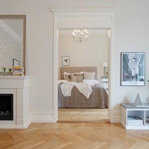 Widok z pokoju w stronę stylowej sypialni. Fot. Alvhem Makleri.