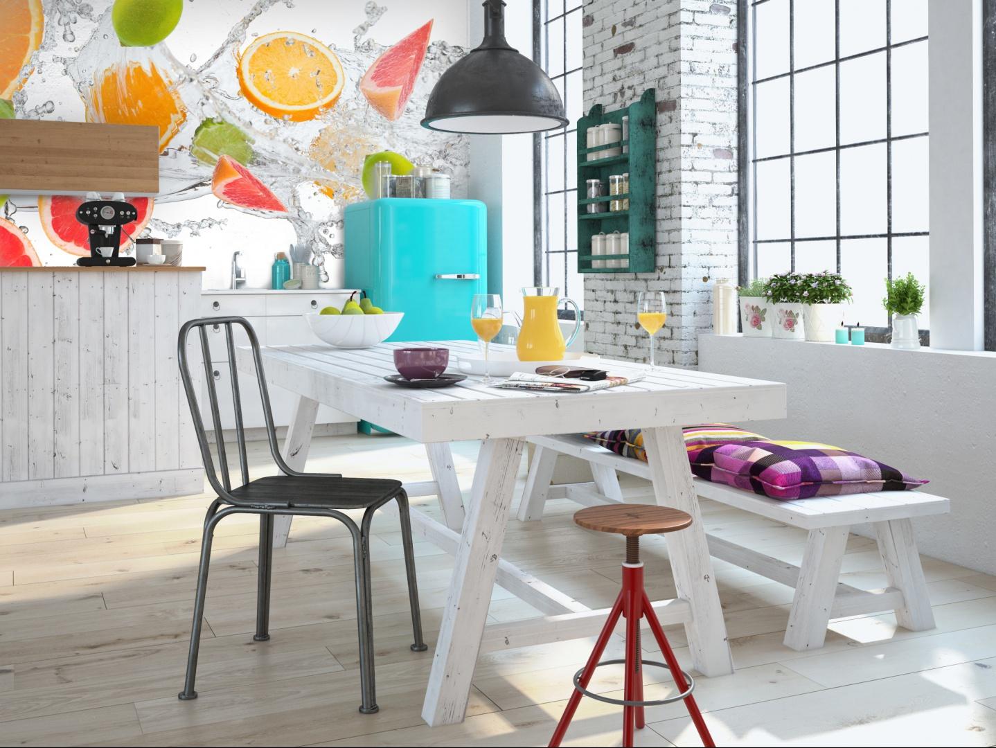 Orzeźwiające owoce uderzające w wodę – samo spojrzenie na tę grafikę wprawia w dobry nastrój. Ożywi każdą kuchnię. 109 zł/m² wydruk na lateksie laminowanym, 149 zł/m² winyl na fizelinie laminowany, LivingStyle.pl.