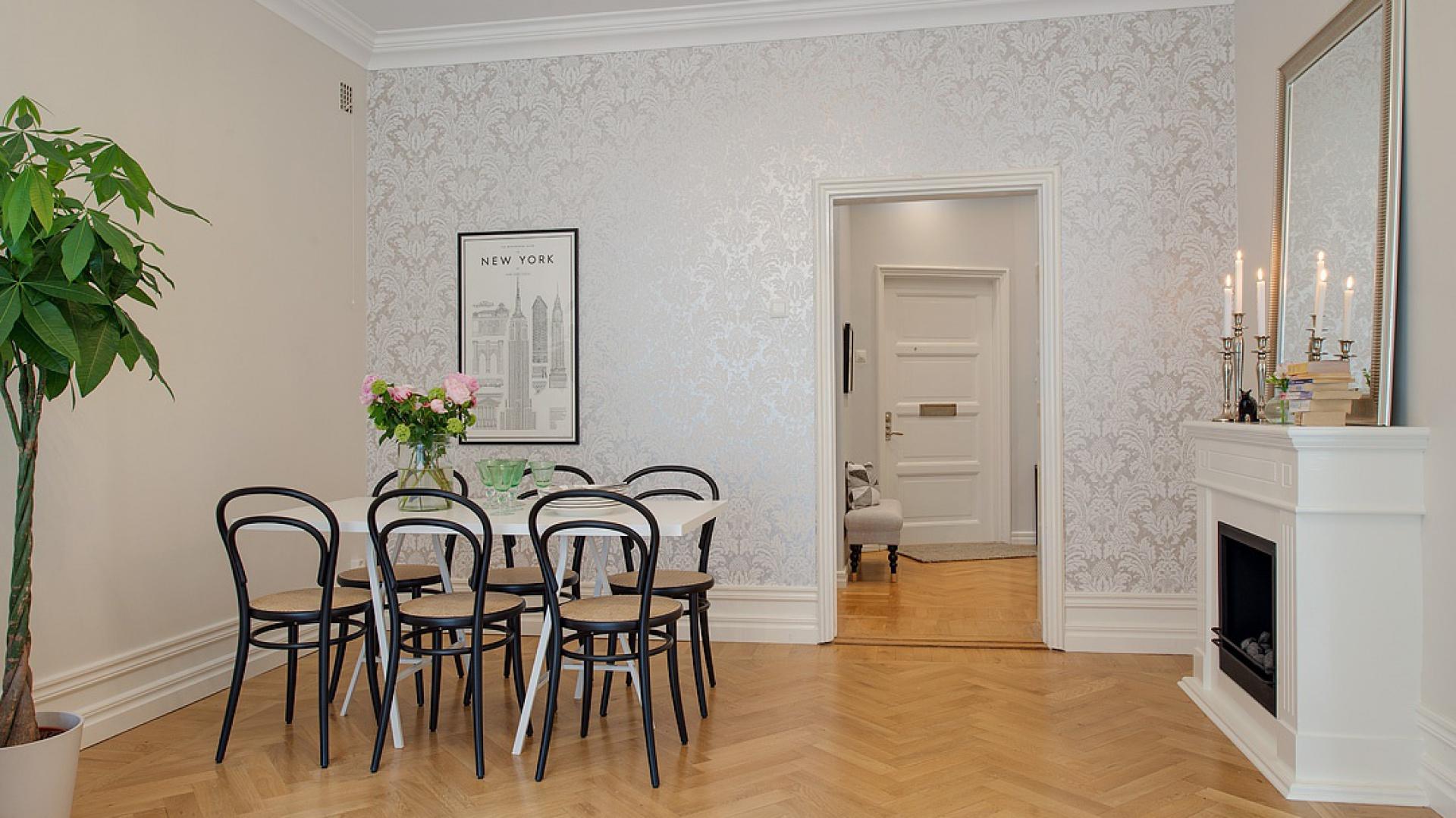 W jadalni beżowy kolor ścian sąsiaduje ze stylową tapetą. Fot. Alvhem Makleri.