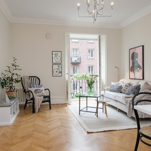 Pokój dzienny połączony jest ze stylową jadalnią. Fot. Alvhem Makleri.