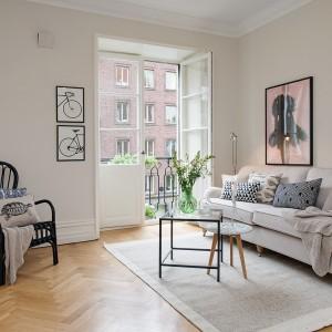 Jasna kolorystyka mieszkania powiększa je optycznie i dodaje klasycznego charakteru. Fot. Alvhem Makleri.