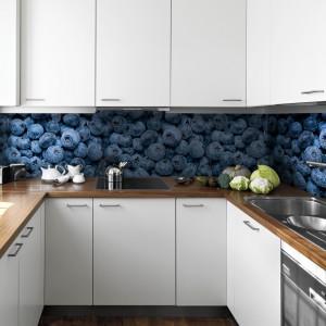 Zroszone wodą borówki prezentują się niezwykle energetycznie. Pięknie ożywiają przestrzeń między białymi szafkami, wprowadzając fajny, apetyczny kontrast. 79 zł/m² fototapeta, 40 zł/m² laminowanie, Picassi.pl.