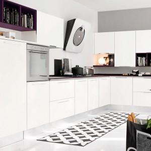 Meble z kolekcji Pamela firmy Lube Cucine. Proste, funkcjonalne i niezwykle eleganckie. Delikatny dodatek fioletu fajnie pasuje do białej kolorystyki. Będą idealne zarówno do niewielkiej kuchni, jak i otwartej na salon. Dostępne są w wielu różnych konfiguracjach.