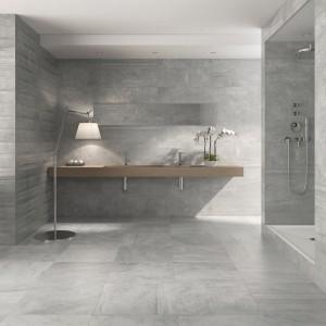 Jasne szare płytki ceramiczne z kolekcji Integra marki Azulev wprowadzą loftowy, chłodny klimat do każdej łazienki. Fot. Azulev.