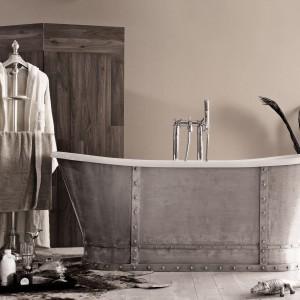 Wolno stojąca wanna Vogue z oferty marki Poolspa może stać się głównym i jedynym elementem wystroju łazienki utrzymanej w loftowym klimacie. Uwagę przyciąga swą obudową w industrialnym stylu, która została wykonana z aluminium. Fot. Poolspa.