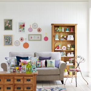 Białe ściany staną się bardziej przytulne, gdy zawiesimy na nich dekoracje. Fot. Debenhams.