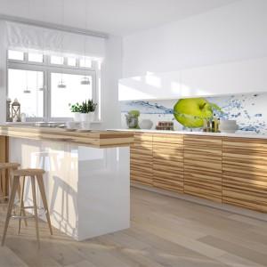 W jasnej kuchni odrobina zieleni nie zaszkodzi. Fototapeta z jabłkiem skąpanym w wodzie to świetny pomysł. Oryginalny i przyciągający wzrok .109 zł/m² wydruk na lateksie laminowanym, 149 zł/m² winyl na fizelinie laminowany, LivingStyle.pl.