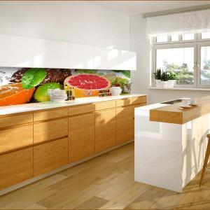 Kolorowe owoce pięknie ożywiają jasną, spokojną kuchnię doskonale wpisując się w nowoczesne wnętrze. Od razu mamy ochotę na słodką pomarańczę czy soczystego grapefruita. 99 zł/m², Grafdeco.pl.