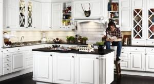 Białe meble, naturalne materiały, stonowane beże lub błękity w tle. To sprawdzony przepis na ciepłe, przytulne i niekonwencjonalne wnętrze. Przedstawiamy 15 najpiękniejszych kuchni, których klasyczny wygląd ożywia biel.
