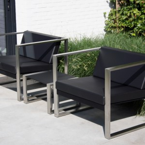 Tapicerowana fotele marki Fuera Dentro o bardzo nowoczesnej, zgeometryzowanej formie. Ich podstawa została wykonana z aluminium. Dostępne w czarnym kolorze. Fot. Fuera Dentro.