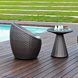 Fotele ogrodowe Tulip marki Varaschin o ciekawej, okrągłej formie. Dostepne w kolorze ciemnej czekolady. Fot. Varaschin.