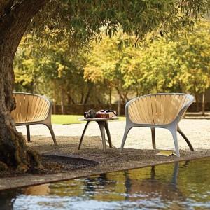 Fotele z kolekcji Bella marki Gloster wykonane zostały z drewna teakowego oraz aluminium. Swą niezwykle płynna formą nawiązują do stylu żeglarskiego. Fot. Gloster.