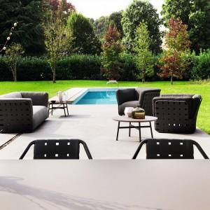 Przestronne, niezwykle wygodne i bardzo efektowne fotele marki Varaschin dostępne są w ciepłym, czekoladowym kolorze. Fot. Varaschin.
