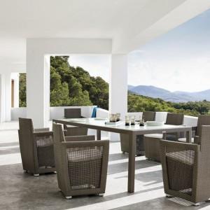 Fotele z kolekcji Longebeach marki Manutti wyróżnia smukła, elegancka forma, która została podkreślona przez ażurową konstrukcję boczków. Fot. Manutti.