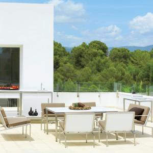 Duże fotele z kolekcji Bandoline marki Viteo o niezwykle lekkiej w odbiorze formie. Aluminiową podstawa siedzisk uzupełniają eleganckie poduchy w kolorze ciemnego beżu. Fot. Viteo.