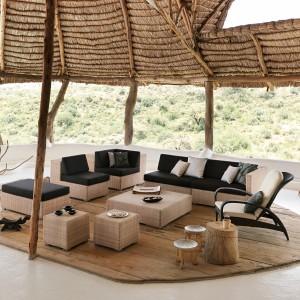 Kolekcja mebli rattanowych Lounge marki Dedon dostępnych w jasnym, beżowym kolorze. Do skompletowania z czarnymi poduchami. Fot. Dedon.