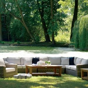 Sofa modułowa Devon marki Miloo o klasycznych, zaokrąglonych kształtach wykonana została z ekologicznego rattanu w ciepłm, naturalnym kolorze. Fot. Miloo/House&More.