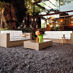 Obszerne i komfortowe sofy z oferty marki Varaschin wykonane zostały z ekologicznej plecionki w jasny, naturalnym wybarwieniu. Dostępne modele dwu- i trzyosobowe do skompletowania z białymi poduchami oraz stolikiem. Fot. Varaschin.