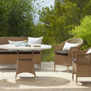 Sofa Lansing o klasycznym wyglądzie z oferty marki Cane Line zapewnia idealną pozycję do relaksowania się w czasie długich poobiednich spotkań. Fot. Cane Line.