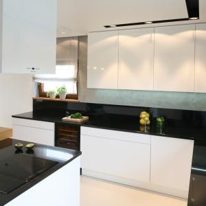 Od strony kuchni wyspa stanowi wygodną przestrzeń do gotowania i przygotowywania posiłków. Projekt: Małgorzata Galewska. Fot. Bartosz Jarosz. Stylizacja: Ewa Kozioł.