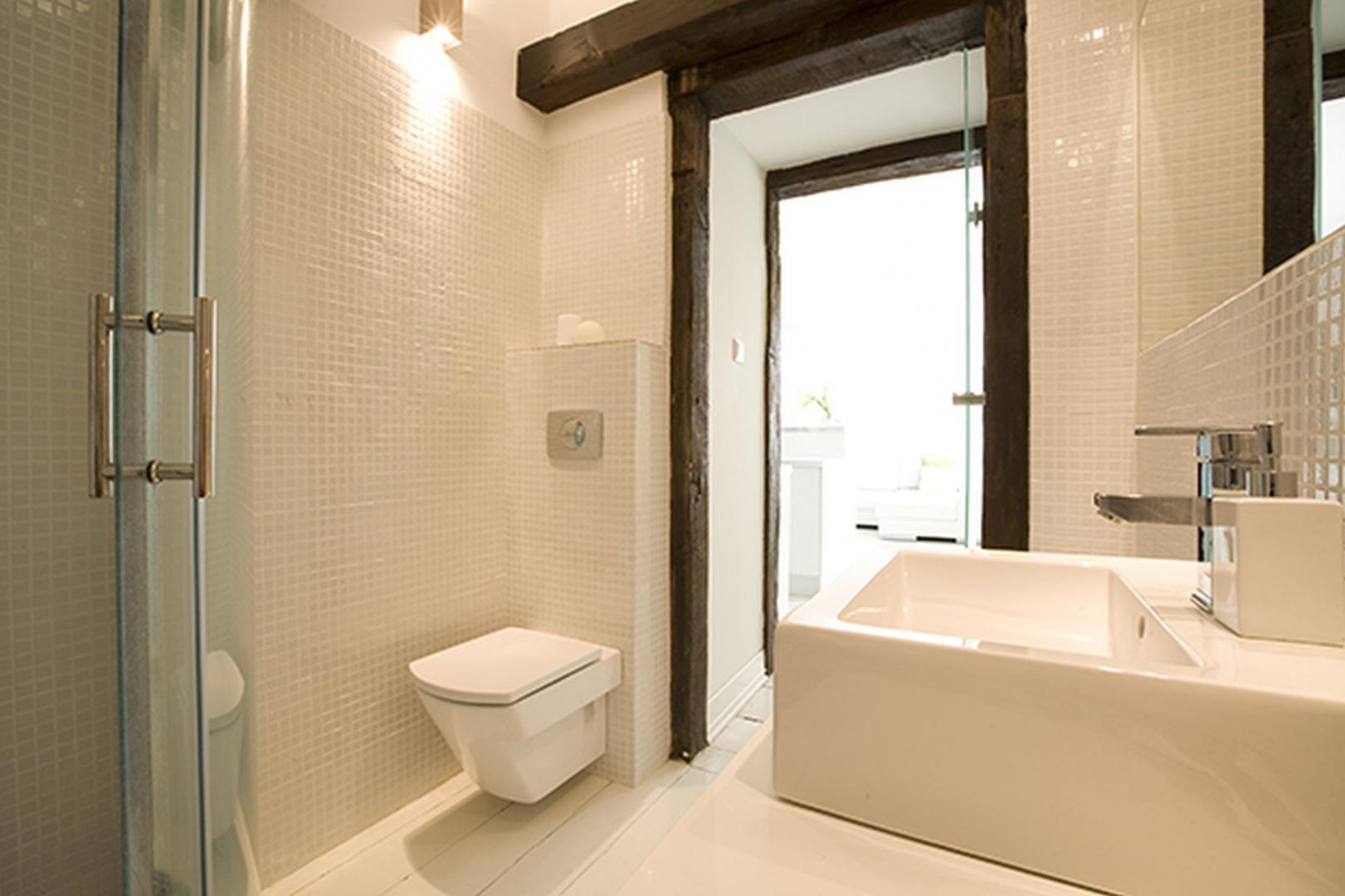 Nowoczesna biała łazienka. Zobacz, jak ją urządzić - Galeria - Dobrzemieszkaj.pl