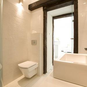 Stonowa, sprzyjająca wypoczynkowi łazienka cała została skąpana w bieli. Takie wnętrze jest wdzięczne i bardzo praktyczne w aranżacji.Projekt Lilianna Masewicz - Kowalska. Fot. Marcin Onufryjuk.