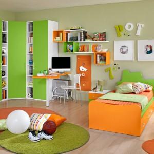 Przestrzenie trzydrzwiowej szafy dzielą wąskie półeczki. Fot. Colombini Casa.
