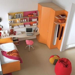 Pomarańczowa szafa z serii mebli dla dzieci Giulia firmy Dielle. Fot. Dielle.