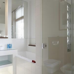 Aranżacja łazienki została oparta na czystej bieli oraz jej złamanym odcieniu. Takie zestawienie pozwoliło uniknąć efektu monochromatyczności we wnętrzu.  Projekt Patrycja Grych. Fot. Bartosz Jarosz.