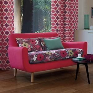 Kwiatowy element sofy sprawia, że mebel zyskuje elegancki wygląd. Fot. Villa Nova.