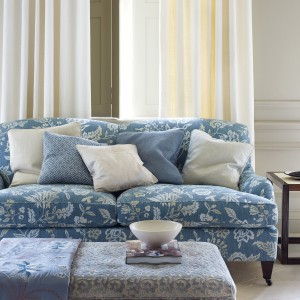 Elegancka, dwuosobowa sofa w delikatne motywy roślinne. Fot. Colefax and Fovler.