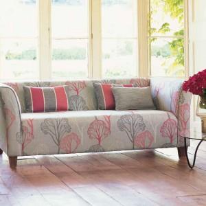 Dzięki kwiatowym wzorom szara kanapa nie wygląda smutno. Fot. Villa Nova.