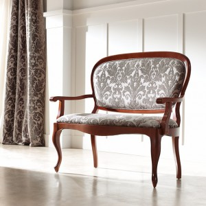 Tapicerka z tkanymi motywami roślinnymi podkreśla wyrafinowany styl siedziska. Fot. Panamar.
