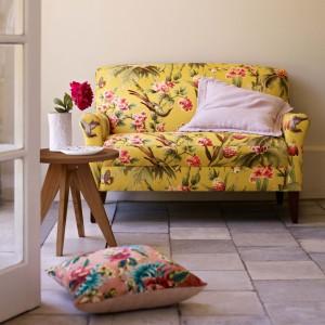 Iście hawajska tapicerka sprzyja uprzyjemni leniuchowanie na sofie. Fot. Marks&Spencer.