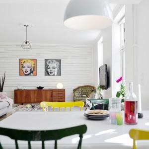 Wnętrze jest ciekawą mieszanką różnych stylów i kolorów. Fot. Stadshem.se.