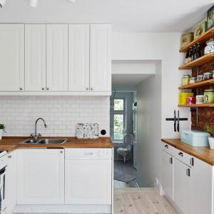 W kuchni uwagę zwraca biała cegła na ścianie. Fot. Stadshem.se.