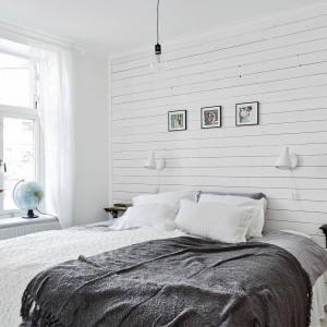Także w sypialni ścianę zdobi biała boazeria. Fot. Stadshem.se.