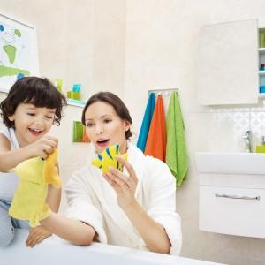 Białe meble łazienkowe z kolekcji Pure marki Cersanit idealnie się sprawdzą w rodzinnej łazience. Fot. Cersanit.