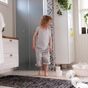 Białe meble drewniane marki Ballingslov idealne do łazienki, z której korzystają zarówno dzieci, jak i rodzice. Fot. Ballingslov.