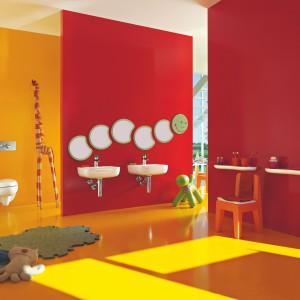 Florakids to zabawna kolekcja ceramiki sanitarnej zaprojektowanej dla najmłodszych. Czerwona deska klozetowa, umywalki o zabawnych kształtach w kolorze czerwonym bądź zielonym oraz lustro-wesoła gąsienica na pewno zachęca do dbania o higienę nawet największych brudasków. Fot. Laufen.