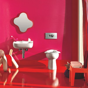 Umywalka, lustro oraz sedes z kolekcji Florakids marki Laufen zostały zaprojektowane tak, by ich formy zachęcały najmłodszych mieszkańców domu do codziennej toalety. Fot. Laufen.