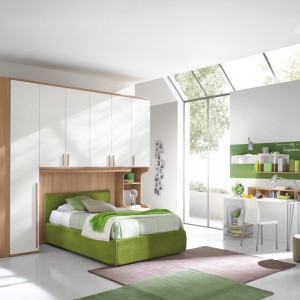 Pomysł na jasne wnętrze z zielonym łóżkiem i dekoracjami. Fot. Colombini Casa.