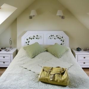 Sypialnię urządzoną w klasycznym stylu rozjaśniają symetrycznie umieszczone okna. Proj. Agnieszka Kubasik. Fot. Bartosz Jarosz.